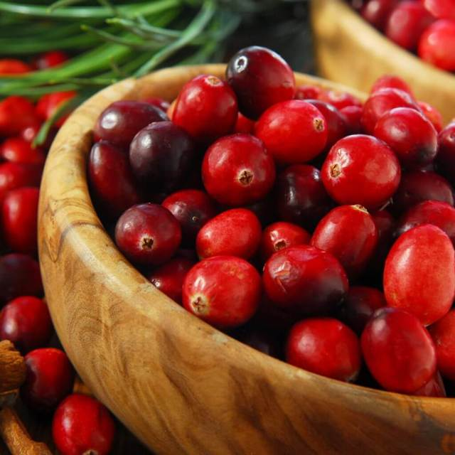 Сушеная клюква: полезные свойства и противопоказания, калорийность