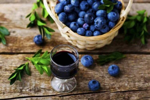 Настойка (наливка, ликер) из черники на водке, на спирту, на самогоне: простые рецепты, целебные свойства