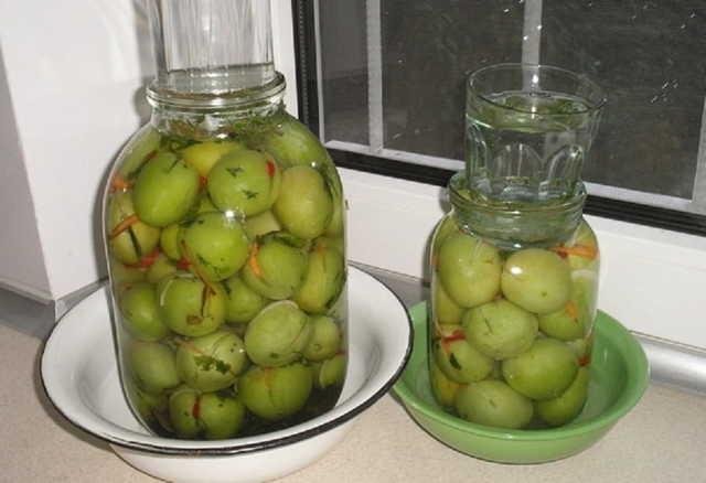 Квашеные зеленые помидоры в кастрюле
